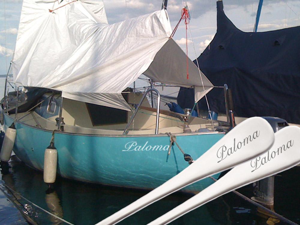 Maritime Geschenke - Yachtbesteck Gravurbeispiel Paloma, vor Boot
